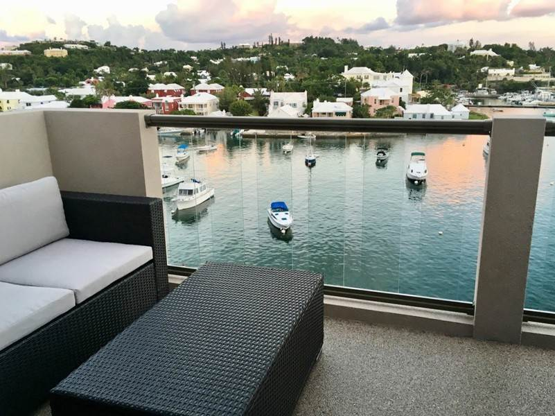 Condo / Townhouse / Piso por un Venta en Queen Of The East Unit 308 26 Crow Lane Pembroke Parish, HM19 Bermuda