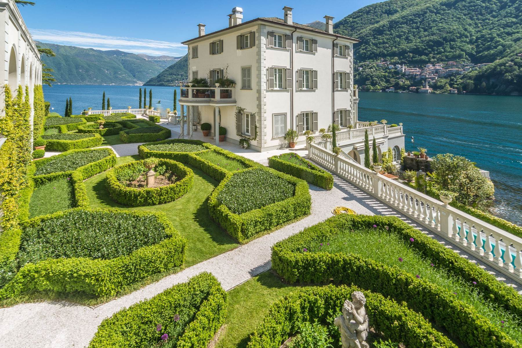 Other Residential Homes por un Venta en Gorgeous lakefront trophy estate Laglio, Como Italia